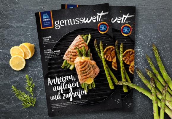 """Zwei Exemplare der 4. Ausgabe von 2019 des HOFER Magazins """"Meine Welt"""" auf hellgrünem Hintergrund."""