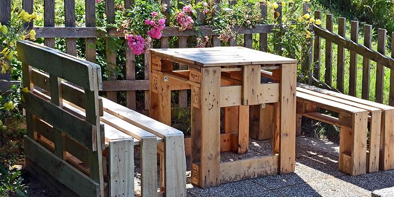 Gartenmöbel, wie zwei Bänke und ein Tisch, aus Europaletten.