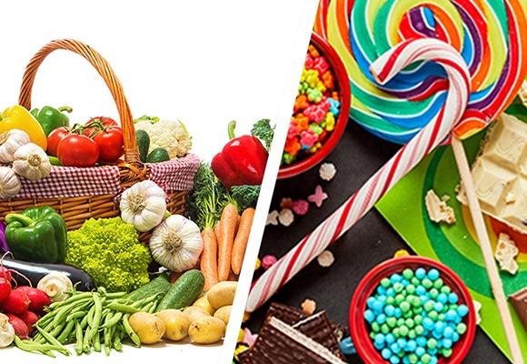 Das Bild ist zweigeteilt. Auf der linken Seite ist Obst und Gemüse zu sehen. Auf der rechten Bildseite sind Süßigkeiten, wie Lollies und ein Zuckerstock.