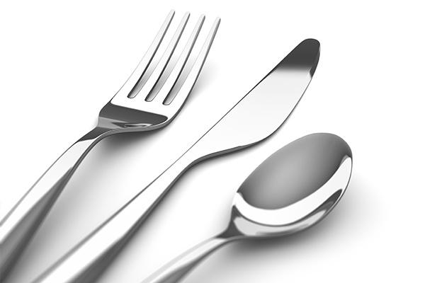 Eine Gabel, ein Messer und ein Löffel auf weißem Hintergrund.