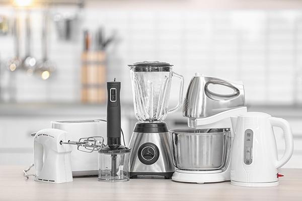 Ein Handmixer, ein Toaster, ein Zerkleinerer, ein Standmixer, ein Küchenhelfer und ein Wasserkocher als Helfer in der Küche.