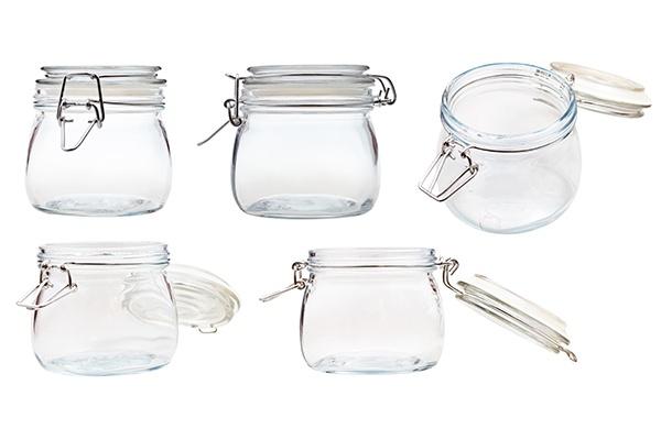 Ein Einmachglas mit Deckel aus fünf verschiedenen Blickwinkeln.