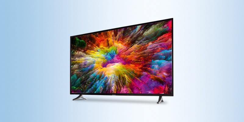 Ein Medion TV auf einem hellblauen Hintergrund platziert.