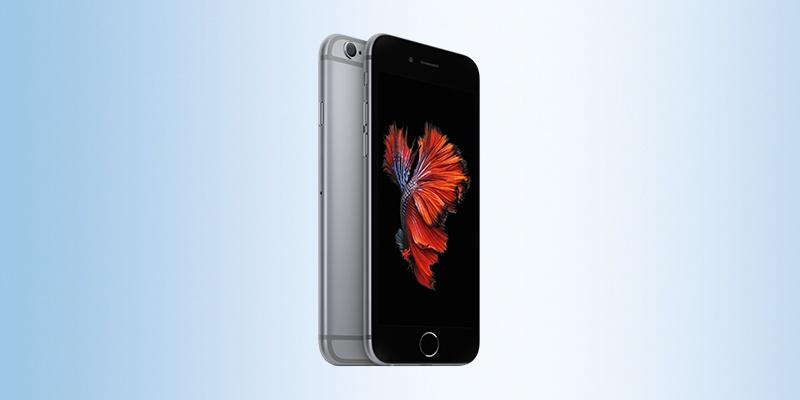 Ein iPhone platziert auf einem hellblauen Hintergrund.