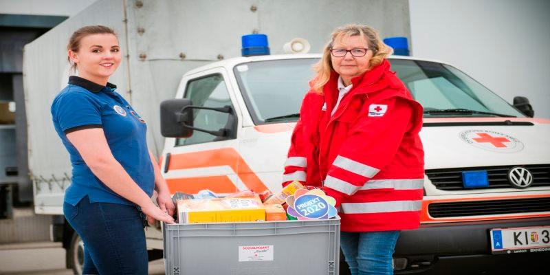 HOFER-Mitarbeiterin mit Rotem Kreuz
