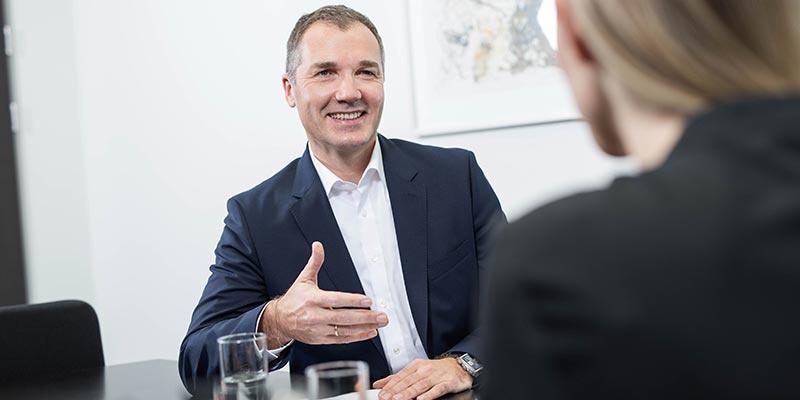 HOFER-Generaldirektor Horst Leitner im Gespräch mit einer Dame.