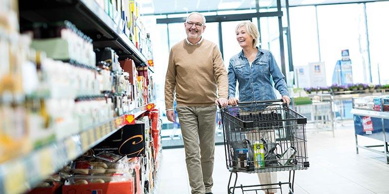 Ein älteres Paar beim Einkauf in einer HOFER-Filiale.