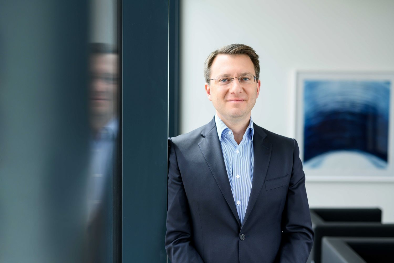 Michael Kronegger, Mitglied der Führungsebene, lächelt sympathisch in die Kamera.