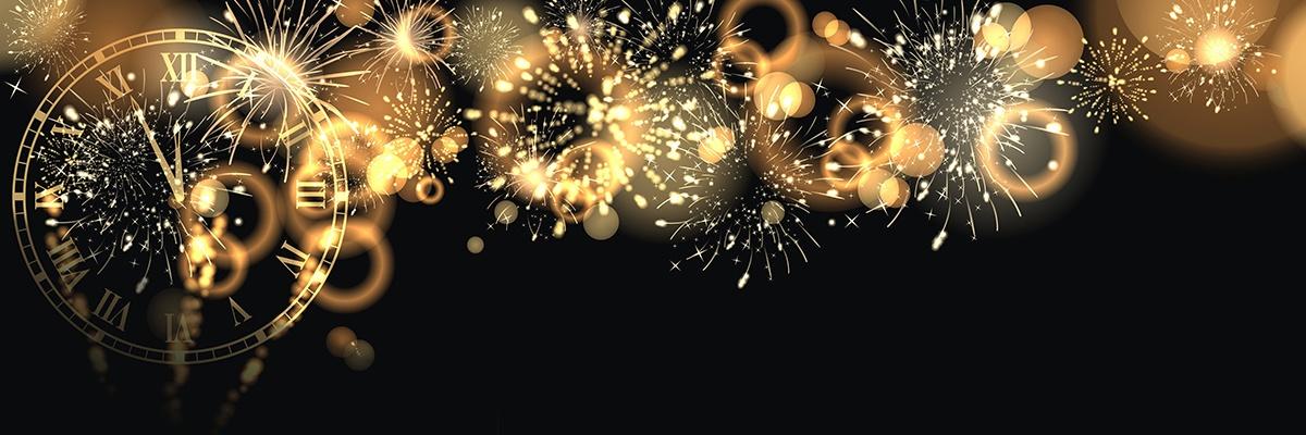 Eine goldene Uhr auf schwarzem Hintergrund. Sie zeigt 5 Minuten vor Mitternacht an. Goldenes Feuerwerk verziert den dunklen Hintergrund.