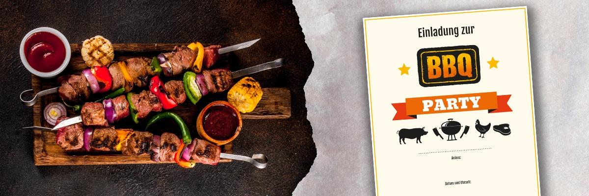 Links ein gefüllter Tisch mit leckeren Fleischspießen  und rechts die Vorlage der BBQ-Party-Einladung.
