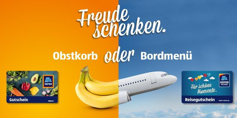 Schriftzug: Freude schenken: Obstkorb oder Bordmenü - HOFER Warengutschein und HOFER REISEN Gutschein auf orange-gelben und blauen Hintergrund mit Wolken und in der Mitte ist eine halbe Banane und ein halbes Flugzeug platziert.