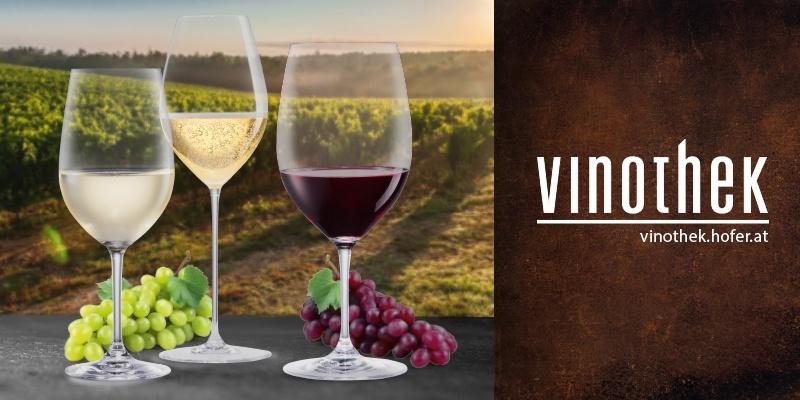Zwei Weingläser befüllt. Nebenbei das Logo der Vinothek.