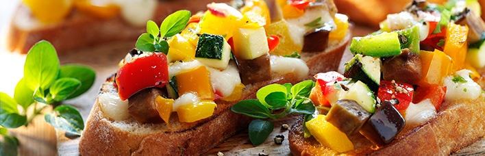 Bruschetta mit mediterranem Gemüse und Mozzarella
