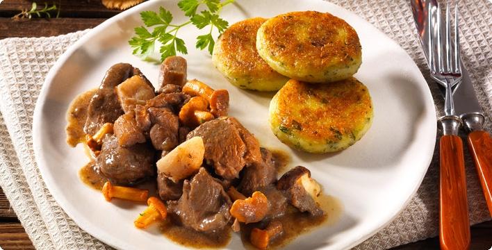 Wildschwein-Pilzgulasch mit Kartoffelplätzchen
