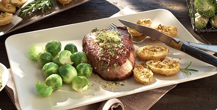 Steak mit Rosenkohl und Kartoffeln vom Blech