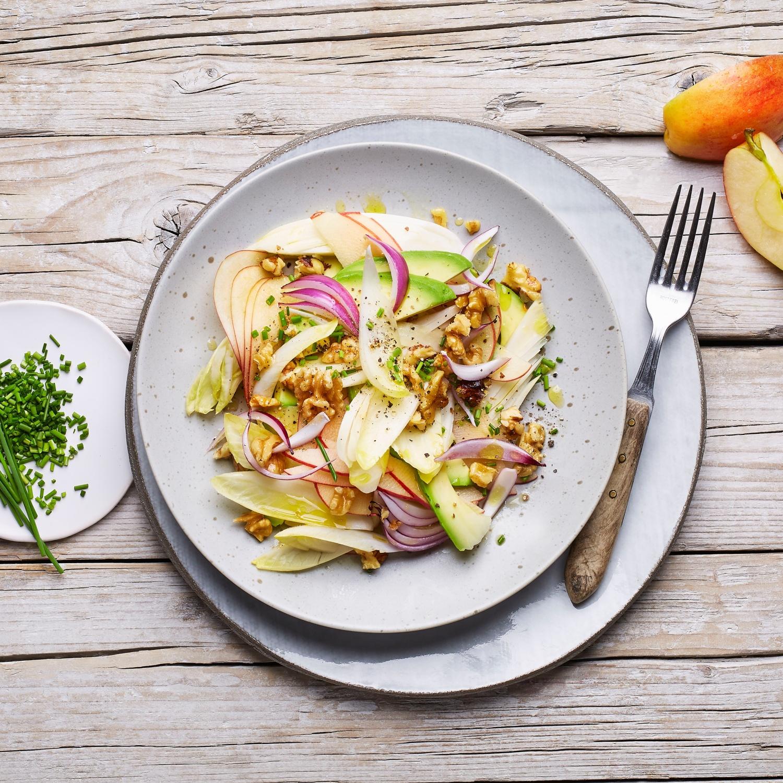 Chicorée-Salat mit Apfel, Avocado und Walnüssen