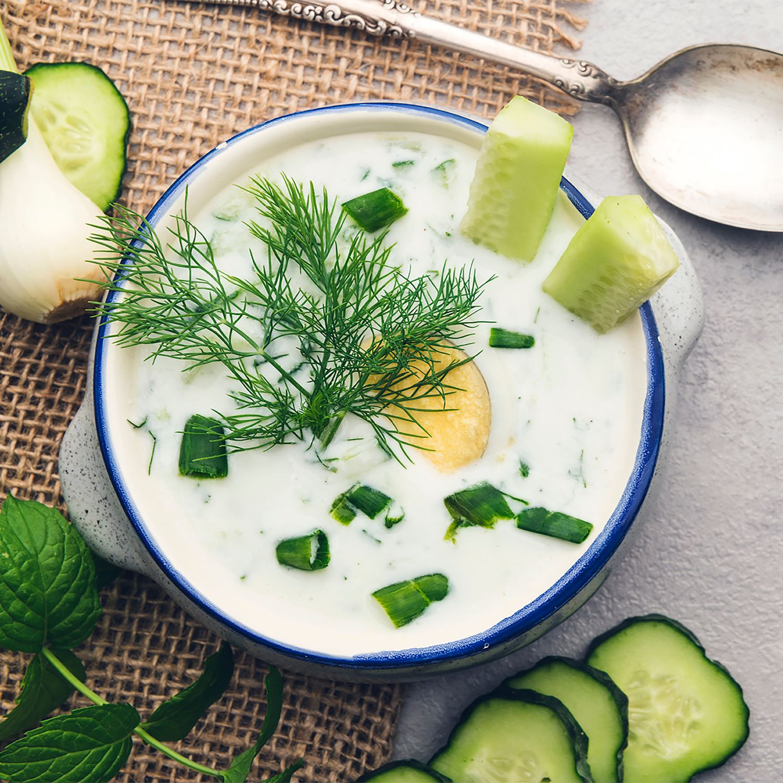 Kalte Gurken Dill Suppe mit Sauerrahm und Vollkornbrotcroûtons