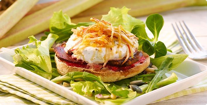 Salat mit warmem Ziegenfrischkäse und karamellisiertem Rhabarber