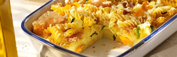 Nudelauflauf mit Karotten, Zucchini, Mozzarella und Prosciutto Italiano