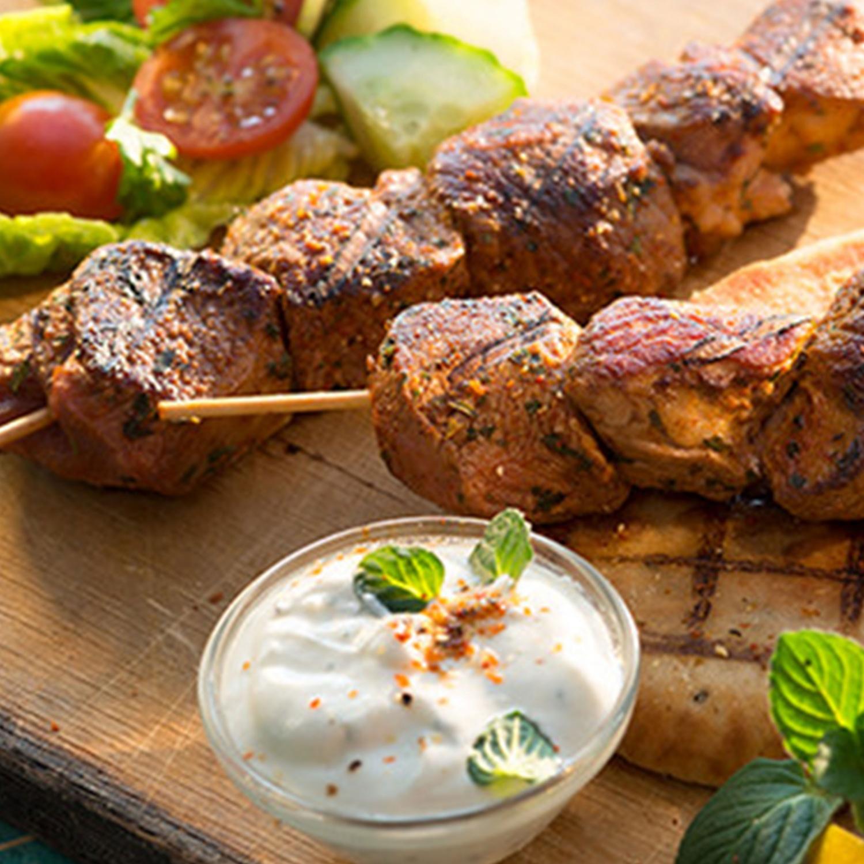 Lammspieße auf Pitabrot mit Salat und Joghurtsauce mit Minze