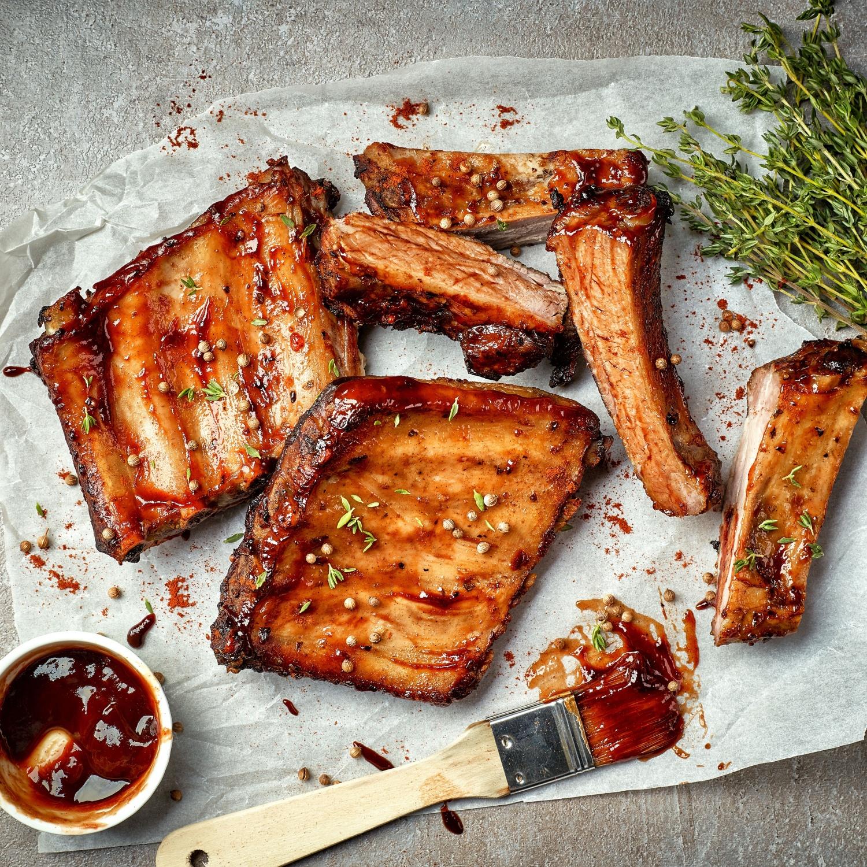 Spareribs mit Honig und gemischtem Salat