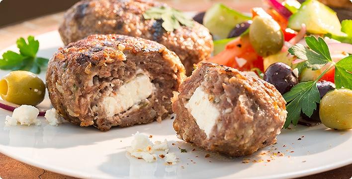 Gegrillte Biftekis mit Fetakäse