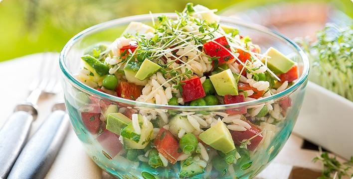 Reissalat mit Gurke und Avocado