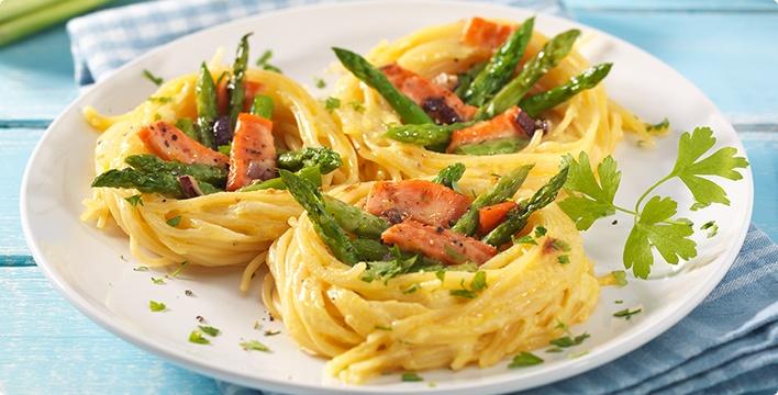 Spaghettinester mit Spargel und Räucherlachs