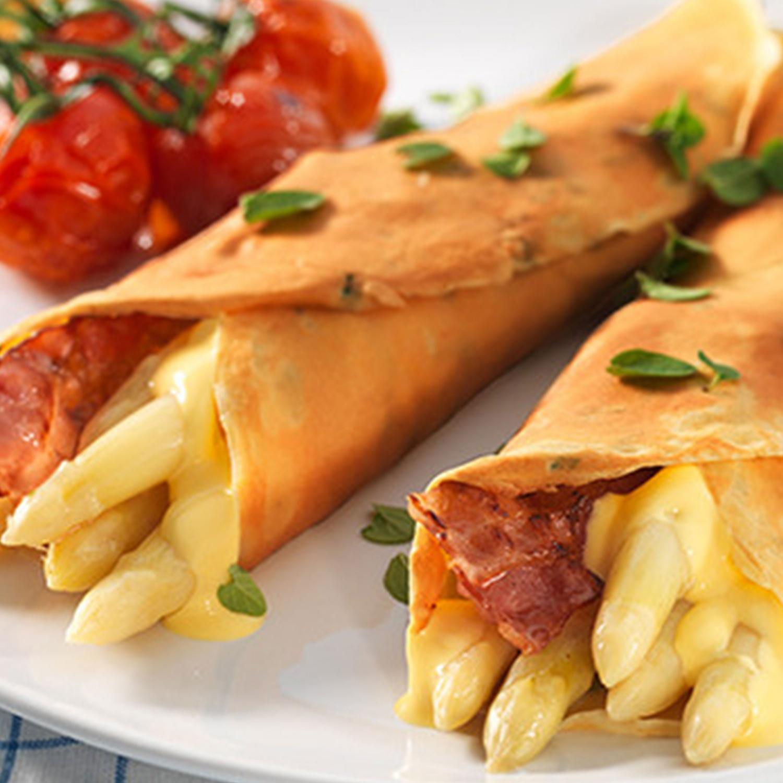 Spargel mit Sauce Hollandaise und Speck in Kräutercrêpes