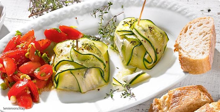 Zucchini-Fetakäsepäckchen mit bunter Tomatensalsa