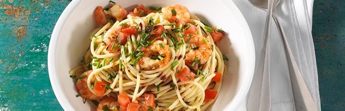 Spaghettisalat in Aceto Balsamico mit gebratenen Garnelen