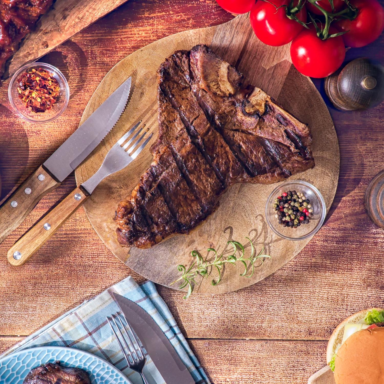 Rinder-T-Bone-Steak mit Kräuterbutter und Salat