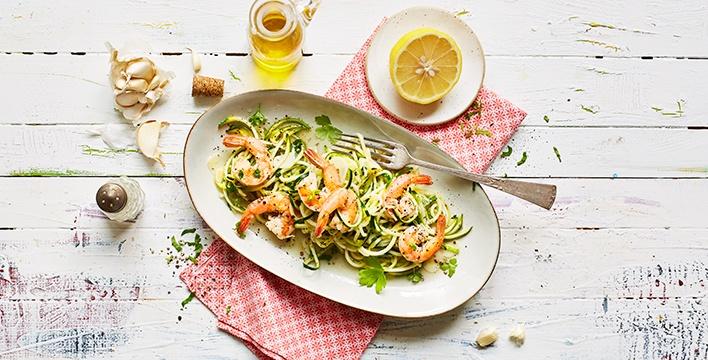 Zucchinispaghetti mit gebratenen Garnelen