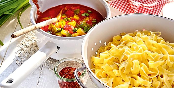 Bandnudeln mit Tomaten-Paprika-Soße