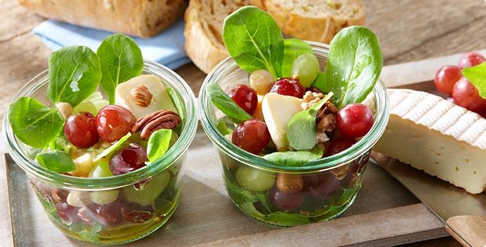 Feldsalat mit Weichkäse und Trauben