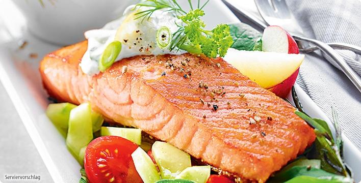 Gebratener Lachs mit Hausfrauensauce und Salat