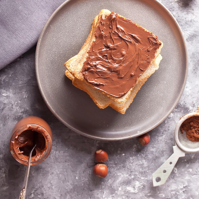 Selbstgemachtes Brot mit Nuss-Schokoladen-Aufstrich