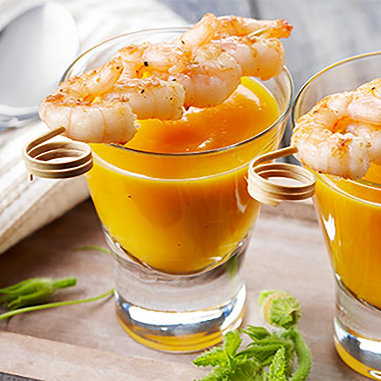 Kürbis-Karotten-Suppe mit Bio-Garnelenspieß