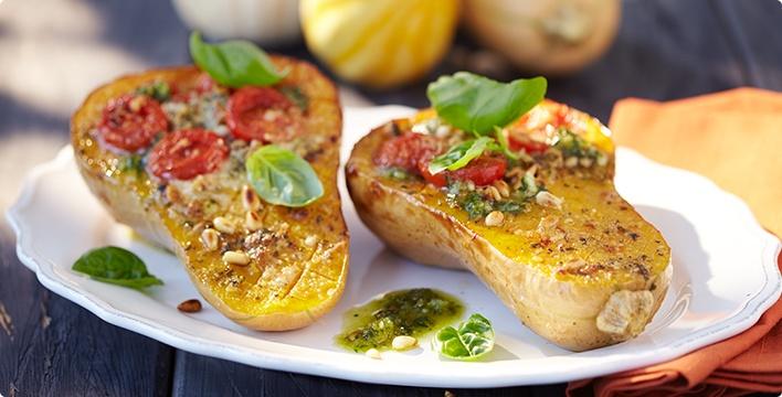 Gebackener Butternut-Kürbis mit Tomate und Basilikum-Pesto