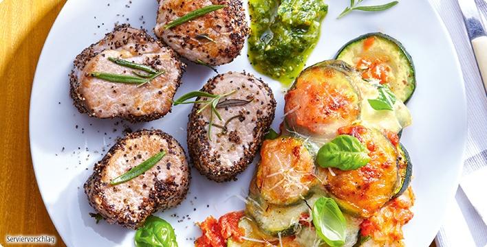 Gepfefferte Schweinefilet-Medaillons mit Kräuterpesto und mediterranem Gemüseauflauf