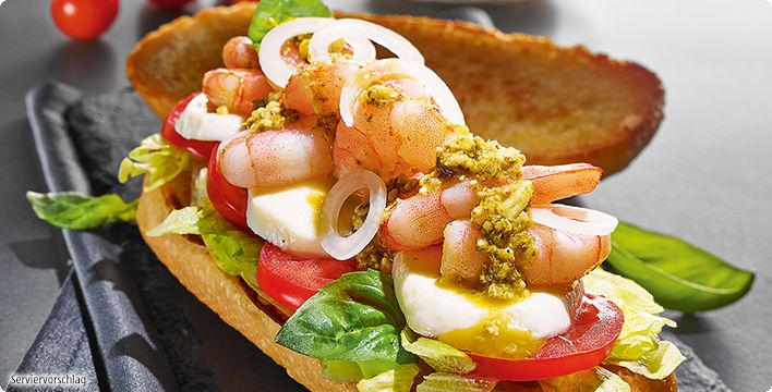 Garnelen-Sandwich mit Eisbergsalat, Tomate und Mozzarella