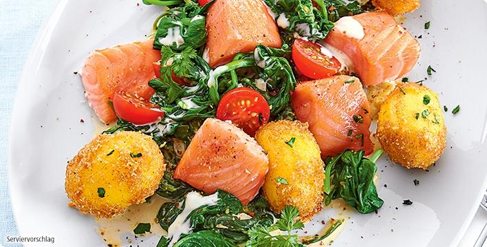 Lachsfilet-Pfanne mit Spinat, Käse-Sahnesauce und Butterkartoffeln