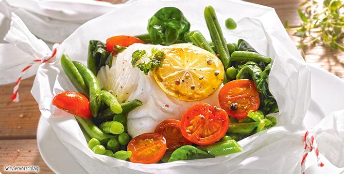 Fischpäckchen mit Gemüse und Kräutern