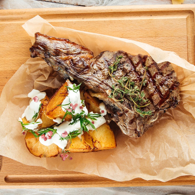 T-Bone-Steak mit pikanten Speckkartoffeln und Kräutercreme