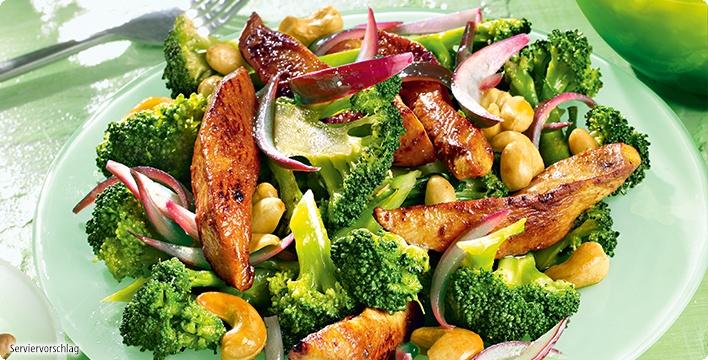 Marinierter Brokkoli mit Hähnchenstreifen und Nüssen