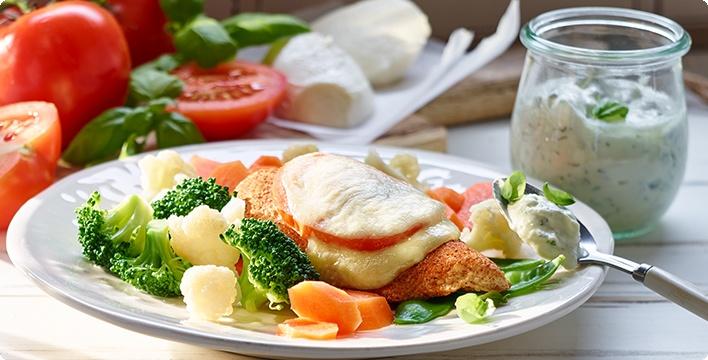 Hähnchenbrust mit Gemüse und Basilikumsoße