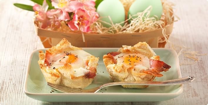 Toastkörbchen mit Ei und Speck