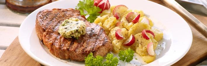 Schweinenackensteak mit pfeffriger Zwiebelbutter und Kartoffel-Radieschen-Salat