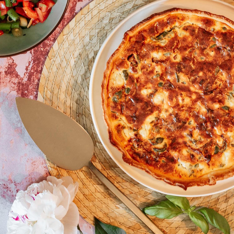 Quiche Lorraine mit Crème fraîche und Salat mit Himbeeren