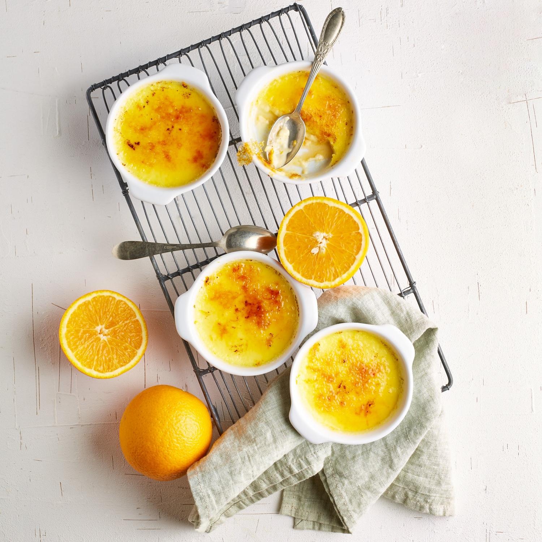 Crème Brûlée mit marinierten Orangenscheiben